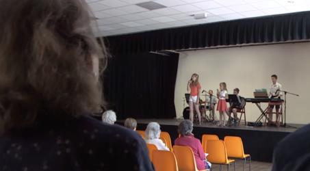 Cabaret, musique et danse country : quand toute la famille fait le show